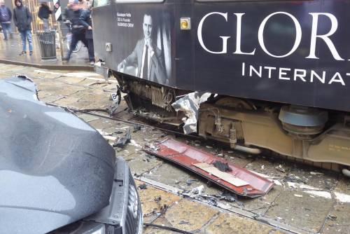 Auto si scontra con tram in centro a Milano 3