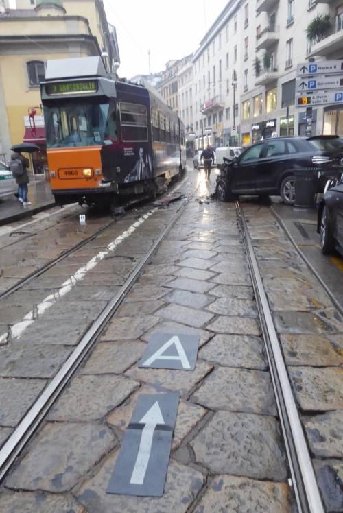 Auto si scontra con tram in centro a Milano 7