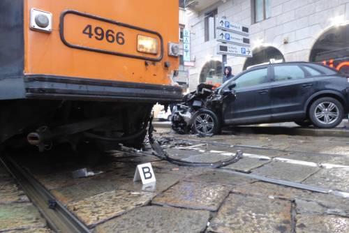 Auto si scontra con tram in centro a Milano 6
