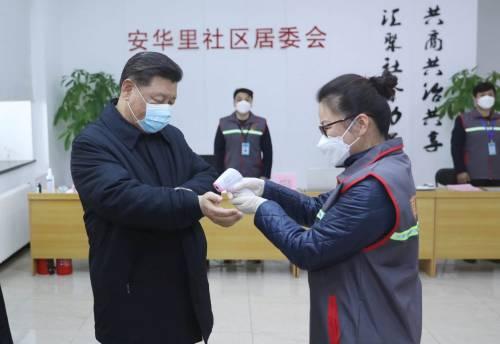 Xi (in mascherina) loda la Cina. Ma il Paese resta in ginocchio