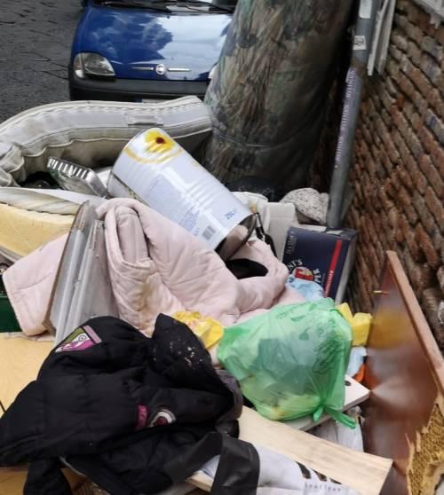 Discarica abusiva in via Santa Chiara: cittadini esasperati