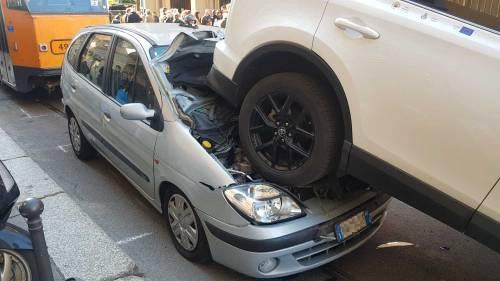 Milano, maxi tamponamento in corso San Gottardo: traffico in tilt