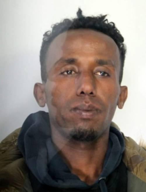 Le minacce del somalo: con la bottiglia di vetro per rapinare un anziano