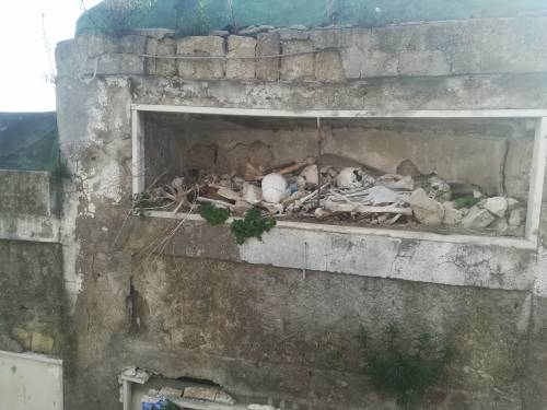 Le immagini delle lapidi divelte e delle nicchie crollate al cimitero di Poggioreale
