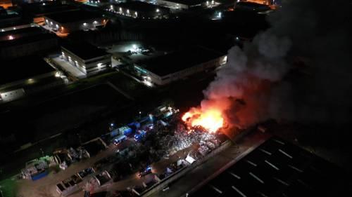 Vasto incendio nella notte in un deposito di rifiuti ad Acerra: fiamme alte e fumo nero
