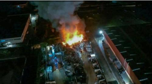 Incendio in un deposito di rifiuti di Acerra