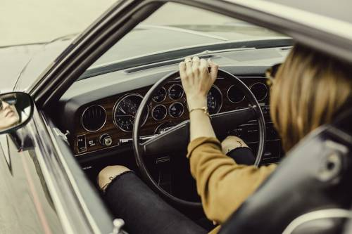 Ragazzina guida l'auto e investe la madre in retromarcia