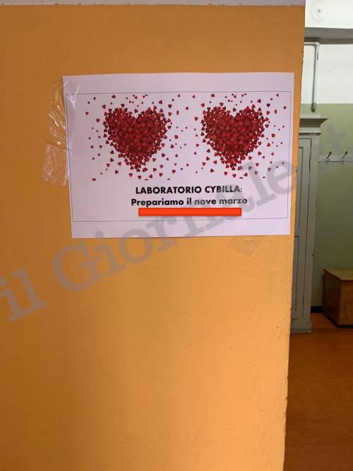 I cartelli al liceo Laura Bassi durante l'assemblea di istituto 5