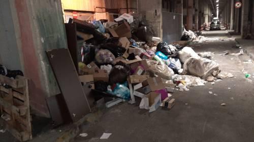 Discariche abusive nei parcheggi sotterranei del Centro direzionale: rifiuti lasciati a marcire
