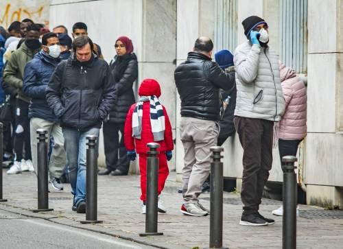 Virus, contagiati 8 minorenni. C'è il primo morto in Emilia