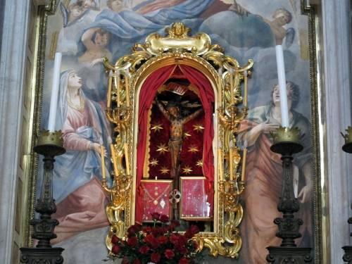 Preghiera contro il virus: vescovo espone crocifisso utilizz