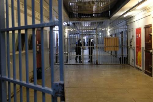 Lanciano, i detenuti si ribellano: carcere devastato e sputi agli agenti