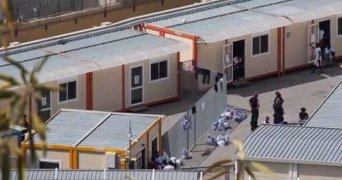 I migranti della Sea Watch messi in quarantena nella caserma delle fughe di massa
