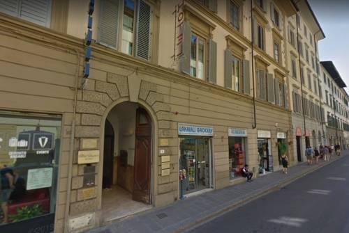 Firenze, magrebini rubano alcolici, poi attaccano e mordono commesso