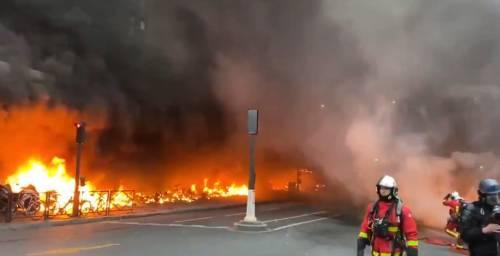 Parigi, disordini per un rapper: maxi incendio alla stazione