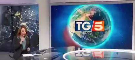 Panico al TG5, la conduttrice ha un attacco di tosse in diretta