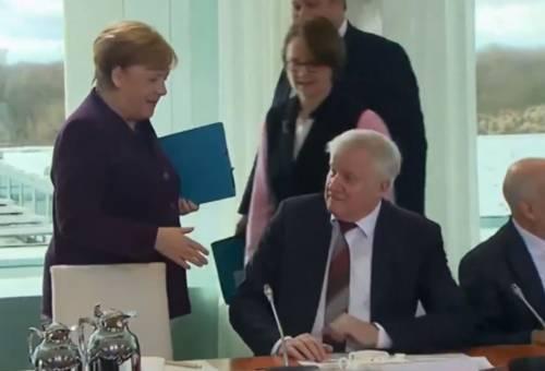 Coronavirus, il ministro tedesco non stringe la mano ad Angela Merkel