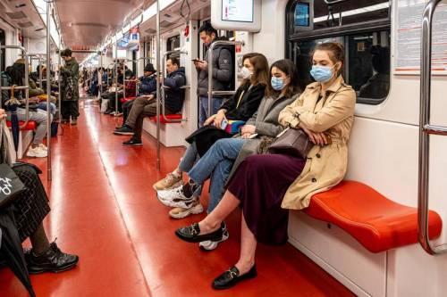 Coronavirus, le nuove regole: distanza di 2 metri e stop a eventi sportivi