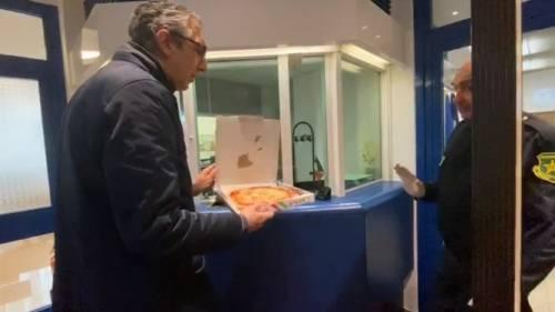 """Max Bastoni consegna pizza al console francese: """"Vostre scuse irricevibili"""""""