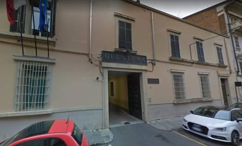 Parma, stranieri aggrediscono minorenni per rapinarli: preso tunisino