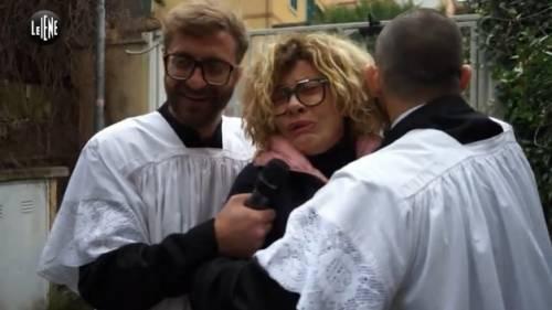 Eva Grimaldi tradita da Imma Battaglia con una suora: lo scherzo de Le Iene