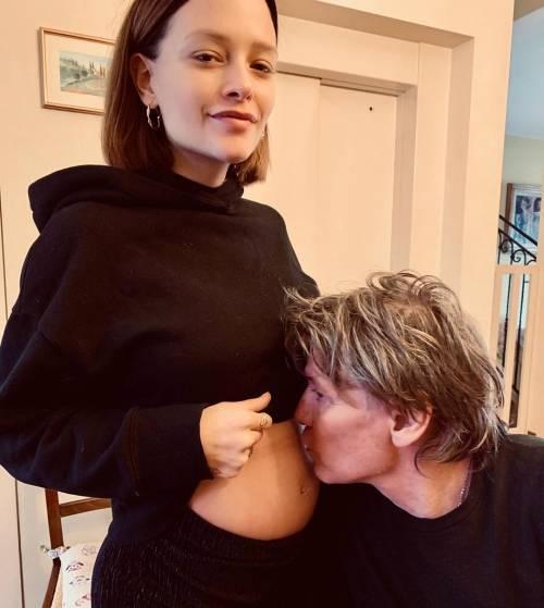 Silvia Provvedi posa incinta (quasi) senza veli
