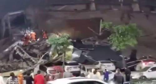 Crolla a Quanzhou l'hotel della quarantena. Sotto le macerie restano decine di contagiati
