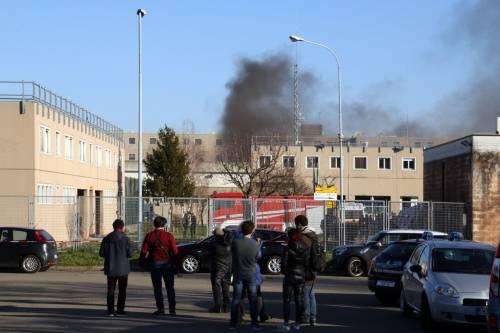 Scoppia la rivolta dei detenuti: due agenti sequestrati a Pavia