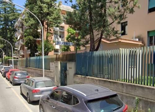 Roma, anziano rimprovera baby vandali, loro lo pestano a sangue