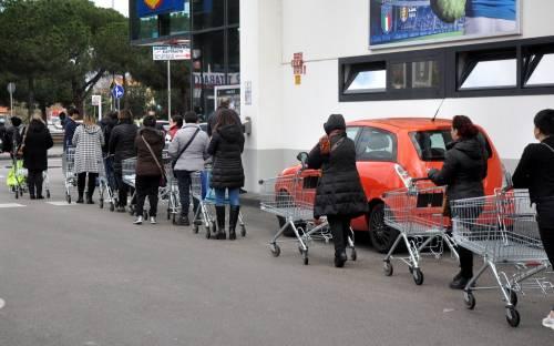 Tutti in fila per fare la spesa