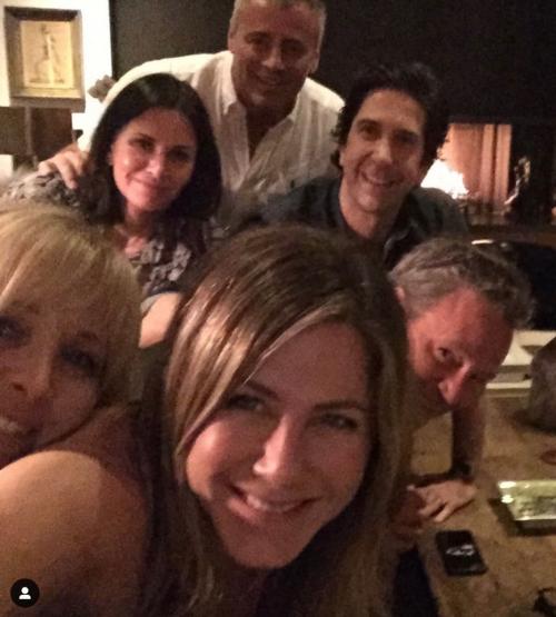 Jennifer Aniston vota alle primarie, foto 2