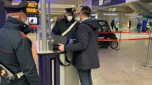 I controlli dei carabinieri alla stazione Termini dopo la promulgazione del decreto di Conte 2