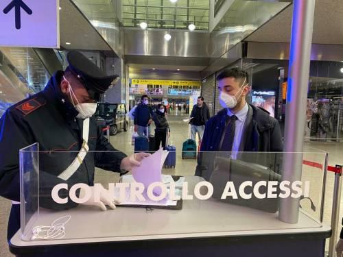 I controlli dei carabinieri alla stazione Termini dopo la promulgazione del decreto di Conte 4