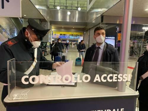 I controlli dei carabinieri alla stazione Termini dopo la promulgazione del decreto di Conte 6
