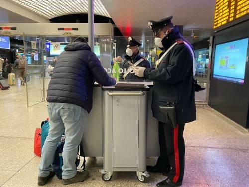 I controlli dei carabinieri alla stazione Termini dopo la promulgazione del decreto di Conte 7