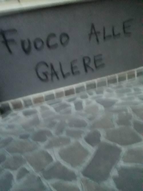 Modena e Bologna, le carceri devastate e le minacce sui muri 2