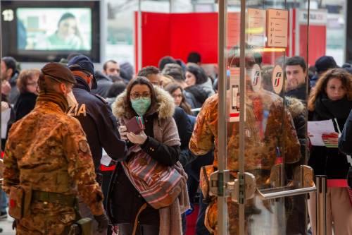 Stazione Centrale di Milano, Polizia ed Esercito fanno controlli sui passeggeri ai varchi per accedere ai treni