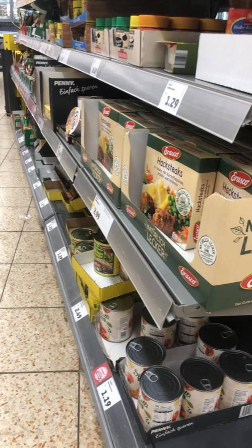 Coronavirus, le immagini dei supermercati presi d'assalto a Berlino 5