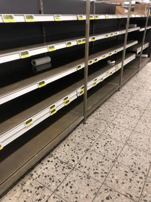 Coronavirus, le immagini dei supermercati presi d'assalto a Berlino 10