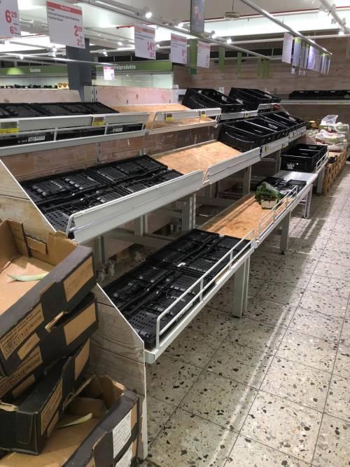 Coronavirus, le immagini dei supermercati presi d'assalto a Berlino 12