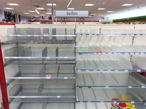Coronavirus, le immagini dei supermercati presi d'assalto a Berlino 14