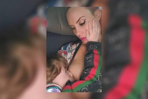 """Coco Austin, allatta la figlia e sfida i social: """"Mentre il mondo sta finendo tu succhia il mio amore"""""""