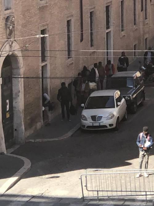 Migranti in strada nonostante i divieti del governo
