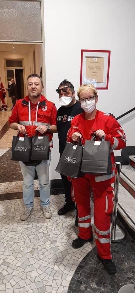 """Gli ultras del Monza consegnano pasti a medici e infermieri: """"Non siete soli"""" 6"""