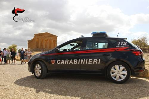 Ruba un suv, fugge dai carabinieri e si schianta: arrestato tunisino