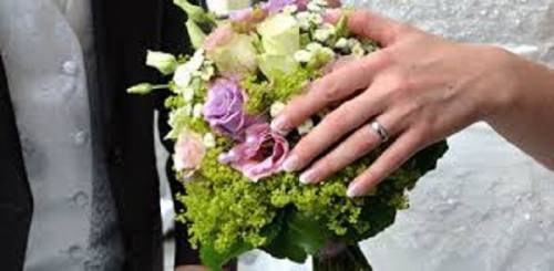 Matrimonio e foto sul lungomare con amici in tempo di Coronavirus: denunciati