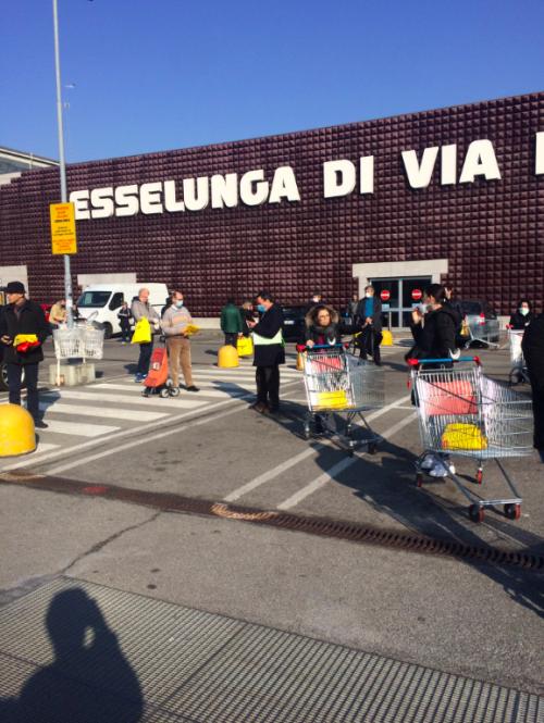Milano, code ai supermercati 2