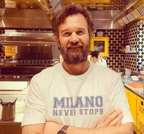 Carlo Cracco volontario in cucina per gli operai dell'ospedale da campo di Milano