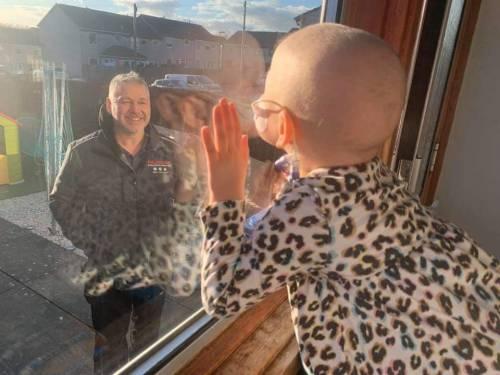 Coronavirus, bimba ha il cancro e il papà la saluta dalla finestra