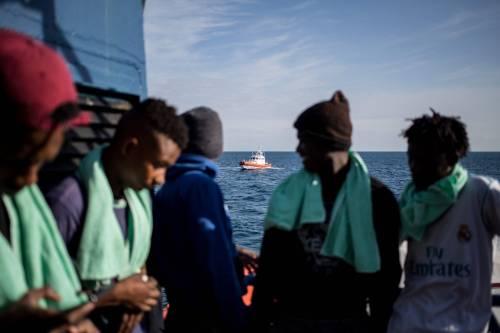 """Pisa, migranti occupano la strada: """"Non vogliamo spesa a domicilio"""""""